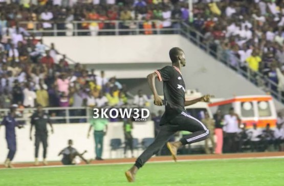 catch him if you can...Awal Suleman pitch invader